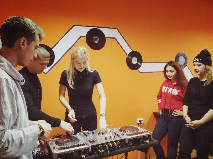В Молодежном центре открылась школа ди-джеинга «Квадрат»