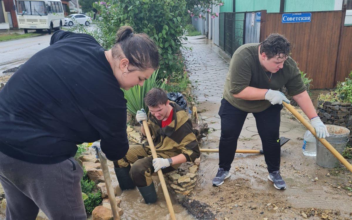 Волнтёры оказали помощь жителям города Темрюка